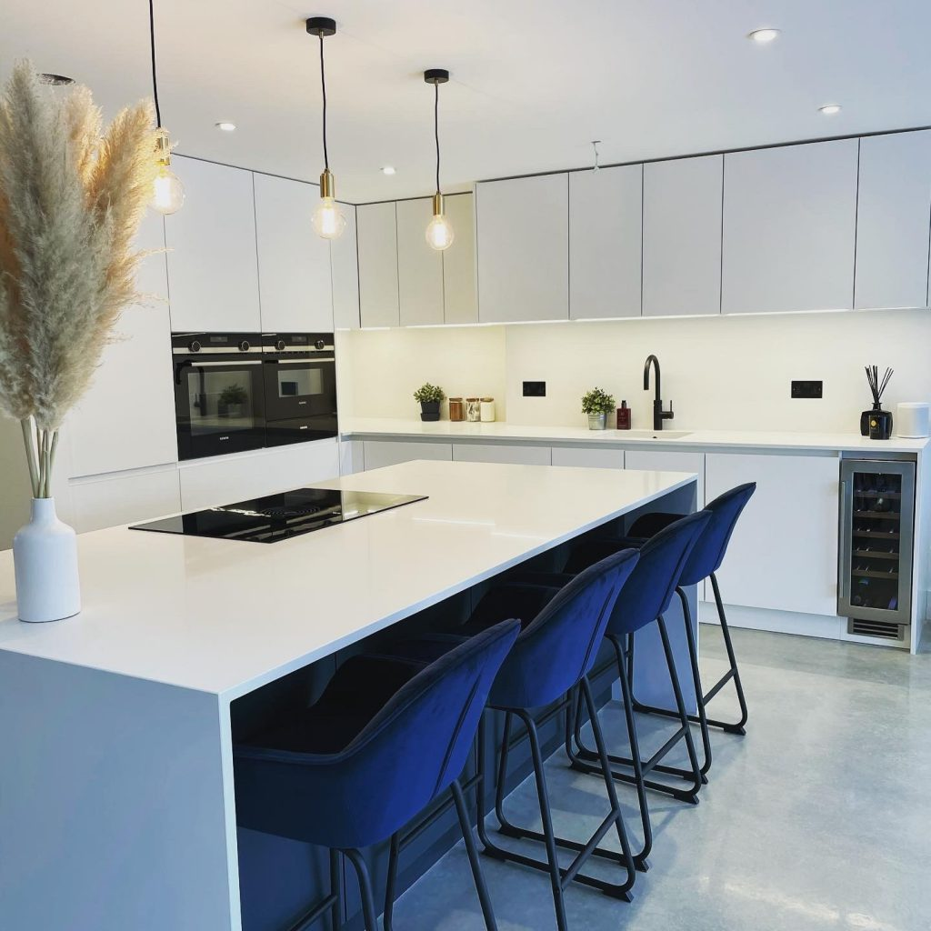 Kitchen with white quartz worktop by Kemphaus Kitchens